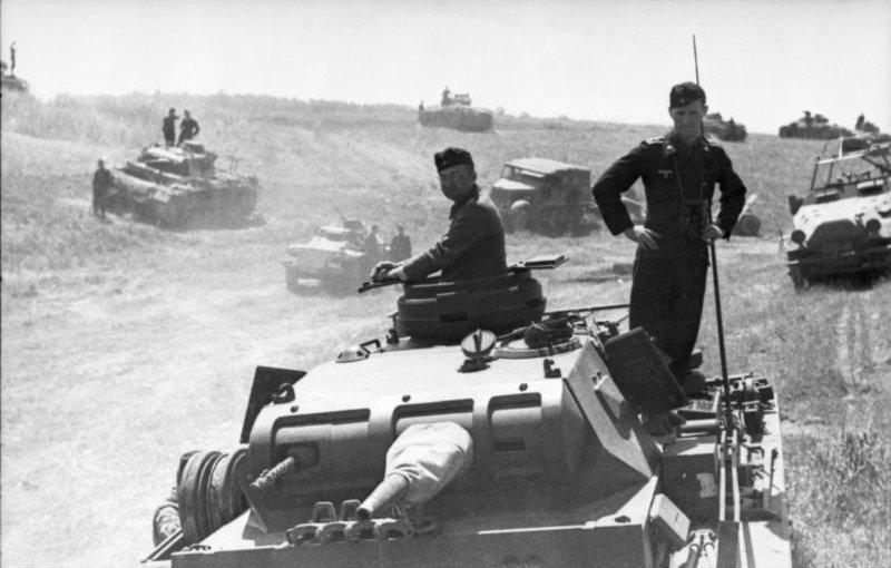 https://upload.wikimedia.org/wikipedia/commons/f/fa/Bundesarchiv_Bild_101I-185-0139-20%2C_Polen%2C_Russland%2C_Panzer_in_Bereitstellung.jpg