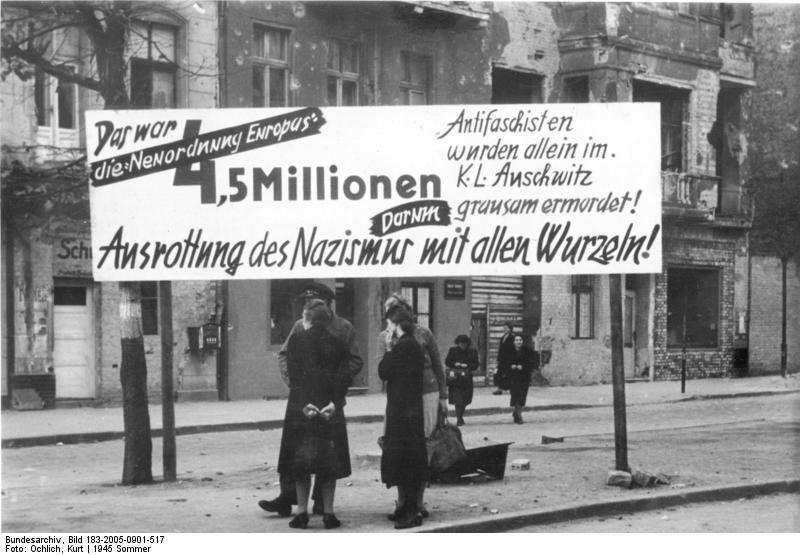 Berlin-Neukölln im Sommer 1945, Anti-NS-Transparent (Quelle: Bundesarchiv, Bild 183-2005-0901-517 / CC-BY-SA)