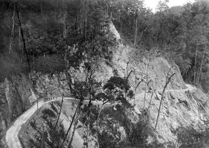 File:COLLECTIE TROPENMUSEUM Korintjiweg in Zuid-Sumatra in drie maanden aangelegd door 400 dwangarbeiders TMnr 10007750.jpg