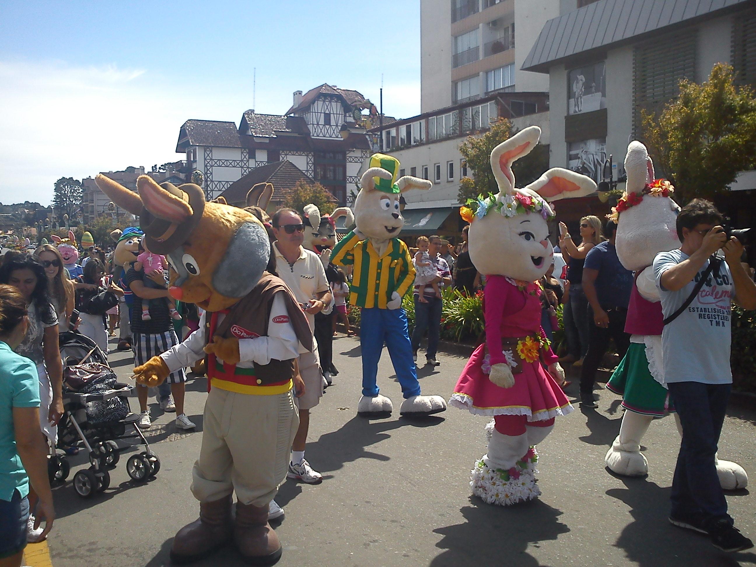 Desfile da Chocofest com coelhos.