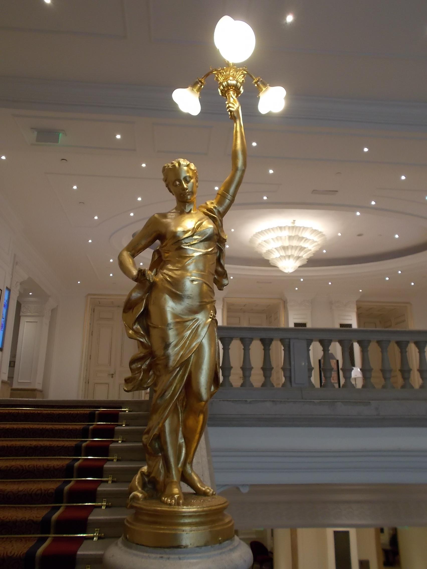File:Corinthia Hotel Budapest. Grand Staircase. Statue (N).JPG