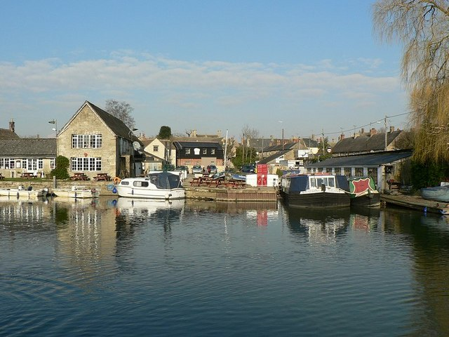 Dock and Pub, Lechlade - geograph.org.uk - 333649