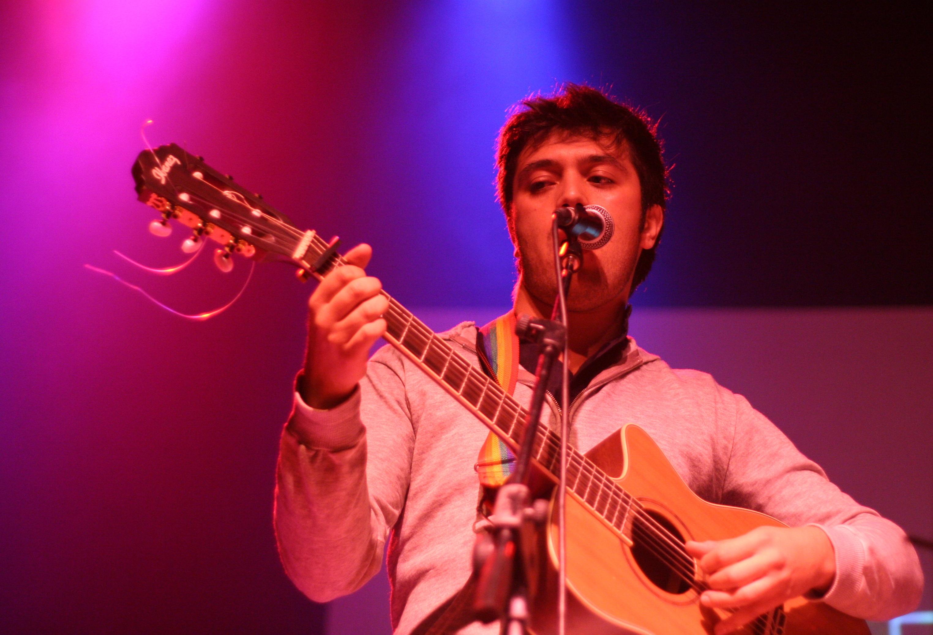 Gepe con su peculiar guitarra de 5 cuerdas durante un concierto en Concepción en 2008.