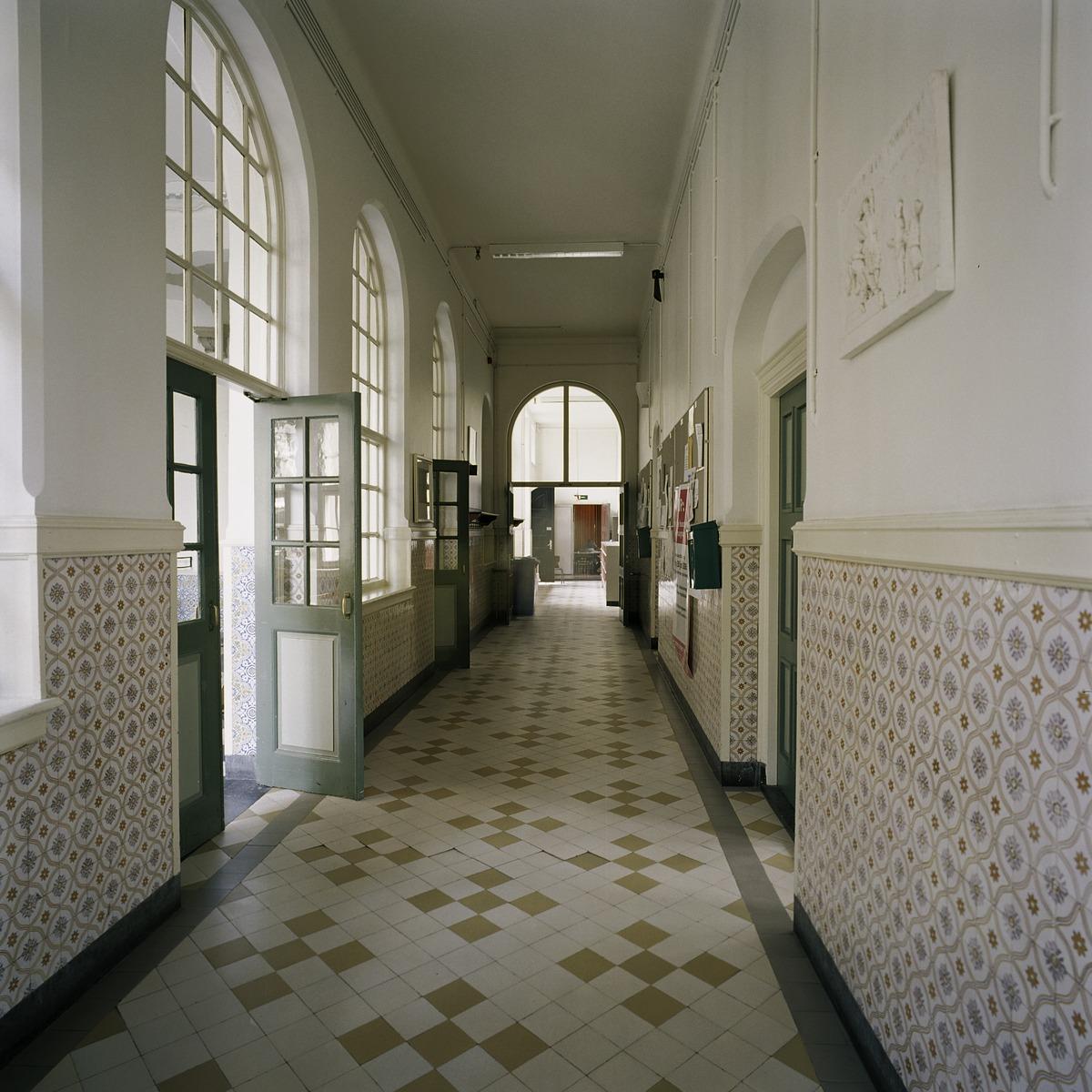 File interieur overzicht van een gang met een lambrisering van geglazuurde tegels en een - Decoratie van een gang ...