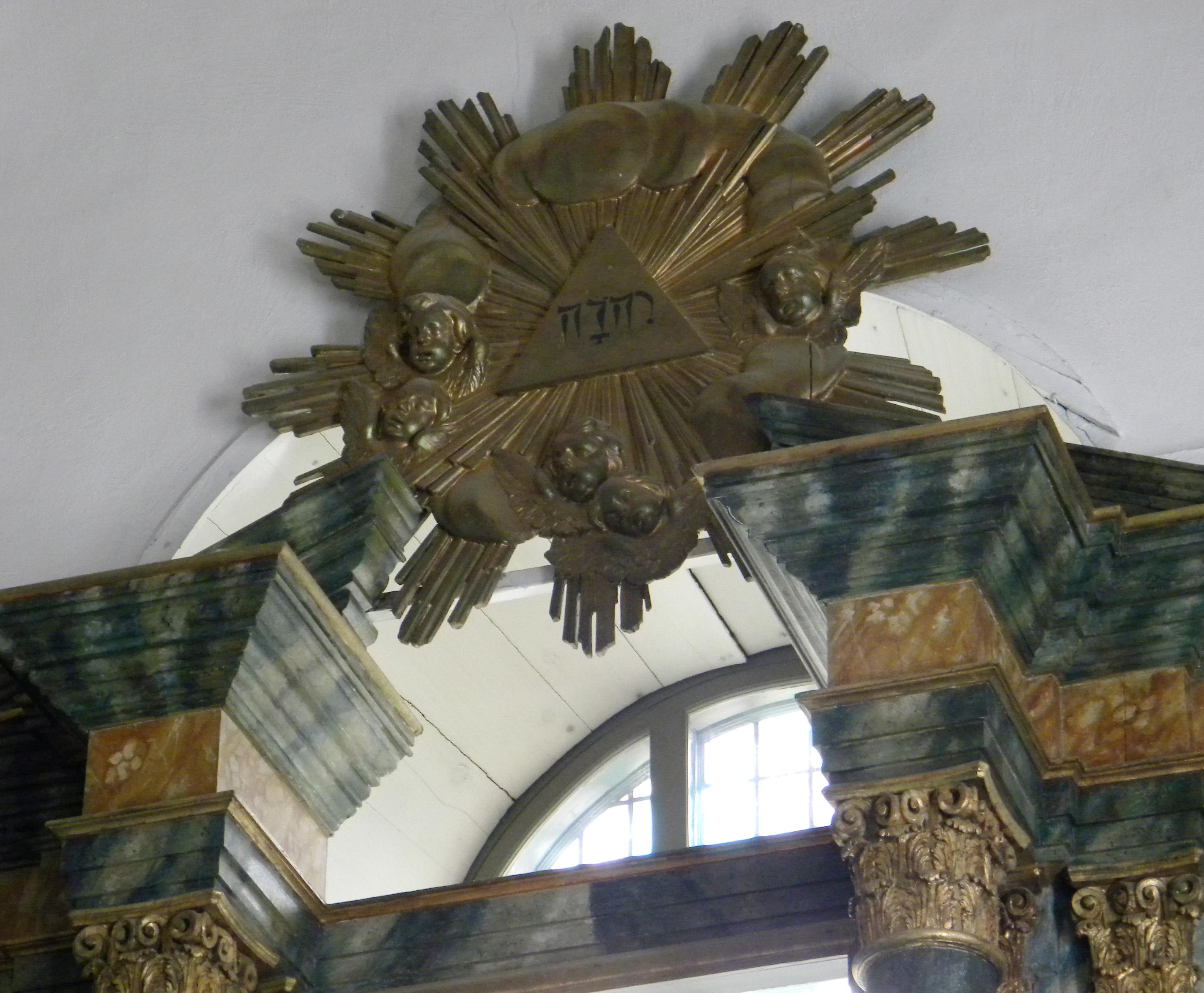Smidesgrind och grindstolpar i granit vid Tegelsmora kyrka