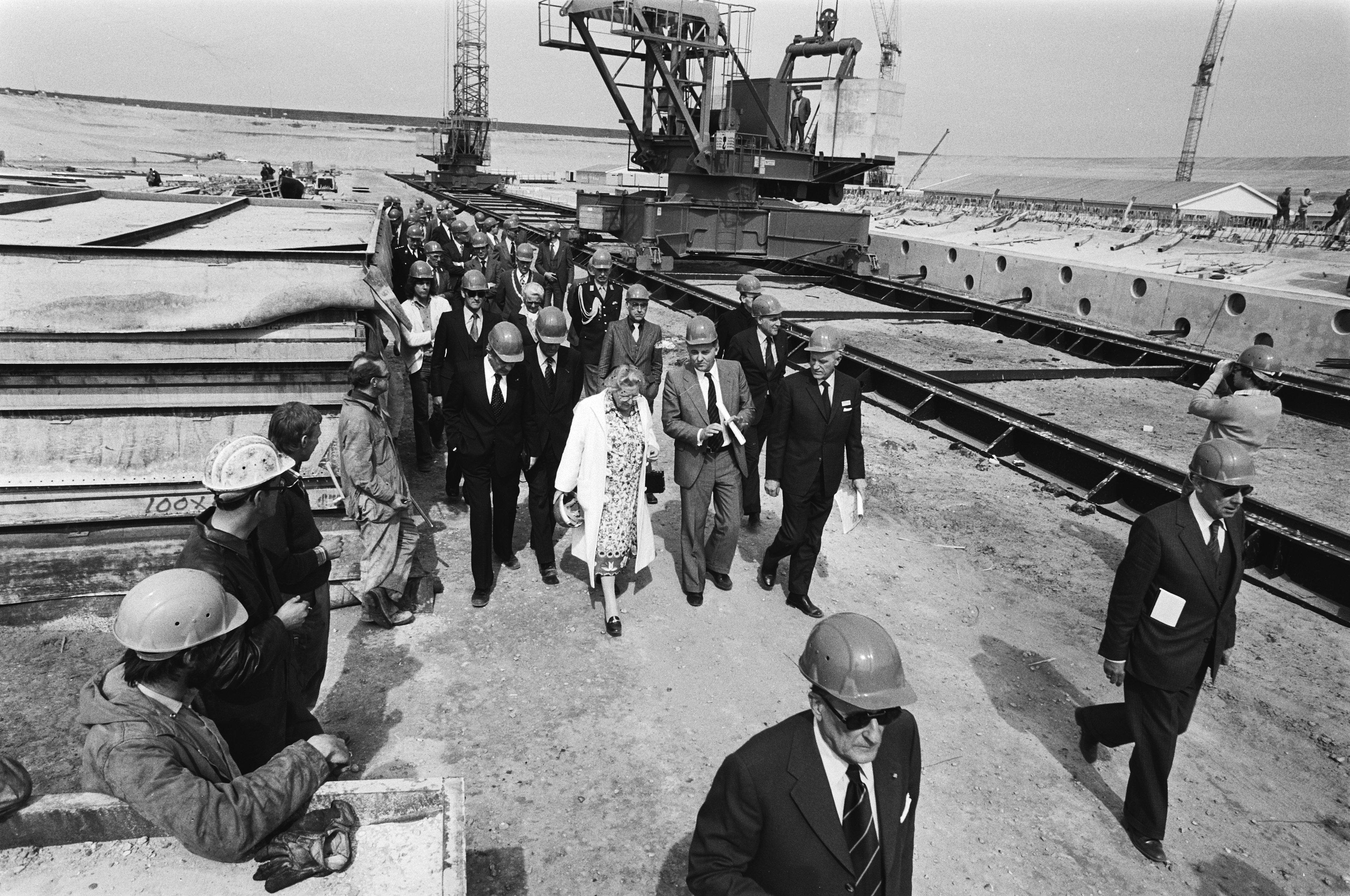 Datei:Koningin Juliana bezoekt het werkeiland Neeltje Jans in de ...