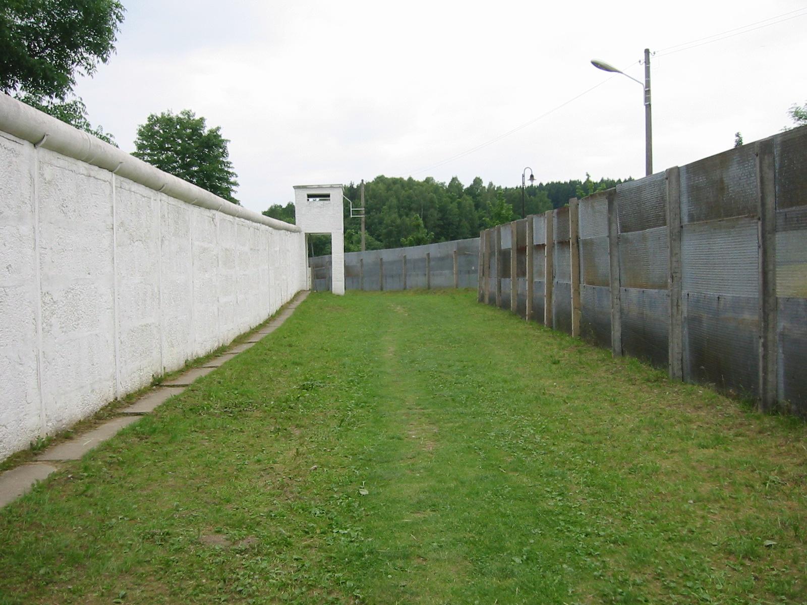 Seção preservada da cortina de ferro em Moedlareuth (Alemanha)