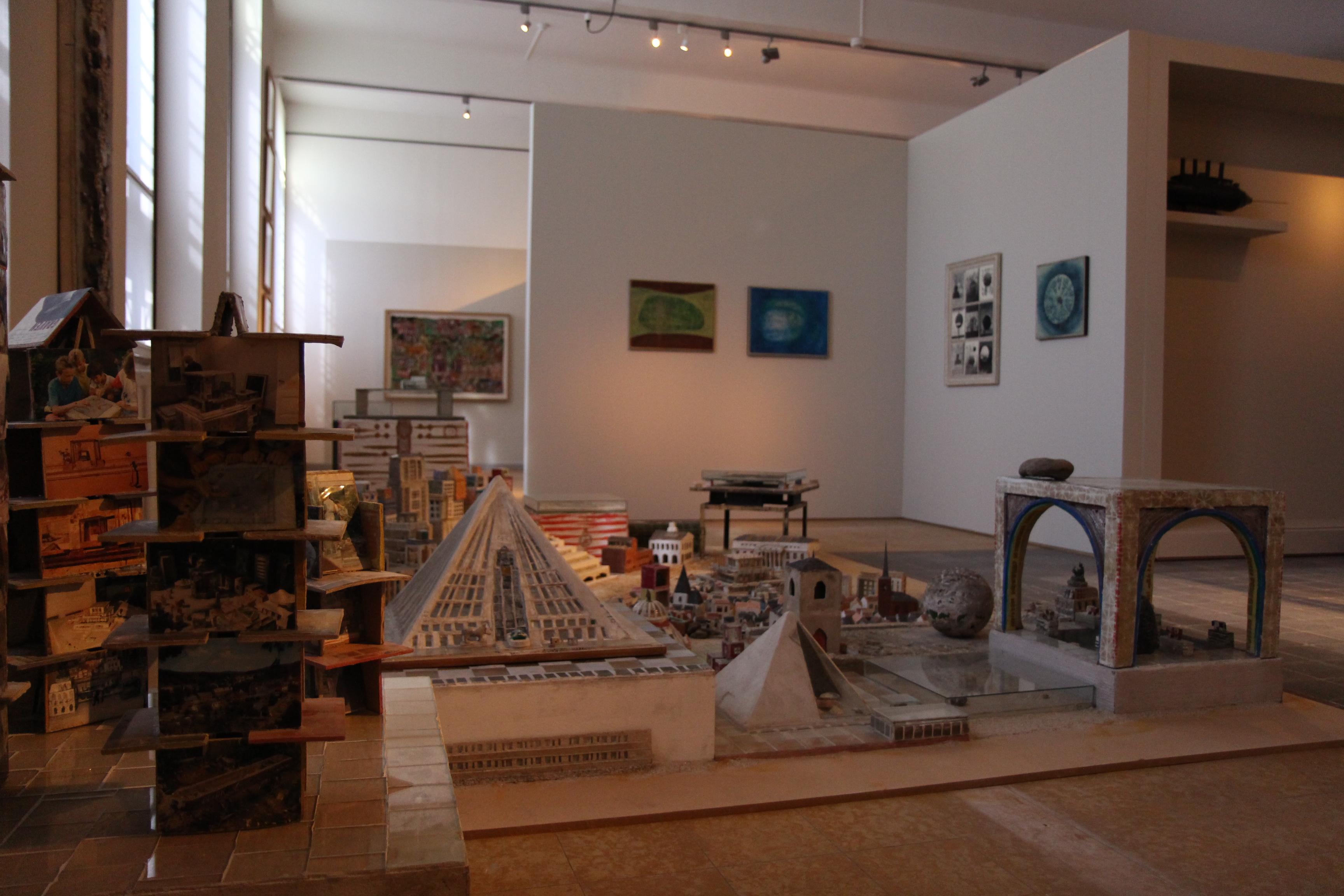 https://upload.wikimedia.org/wikipedia/commons/f/fa/Museum_Dr._Guislain_Interieur_vaste_opstelling_Outsiderkunst.jpg