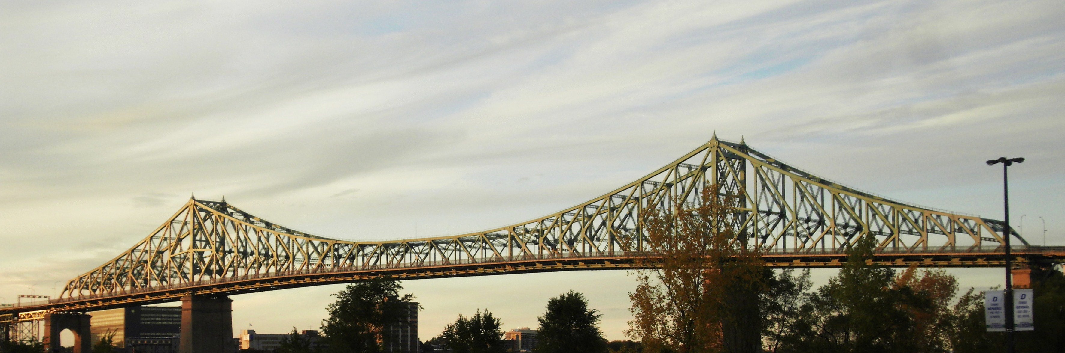 By Bénédicte Jourdier (Flickr: Pont Jacques Cartier) [CC BY 2.0 (https://creativecommons.org/licenses/by/2.0)], via Wikimedia Commons
