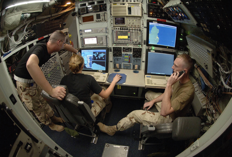 RC-135_Rivet_Joint_maintenance_2006-11-16.jpg