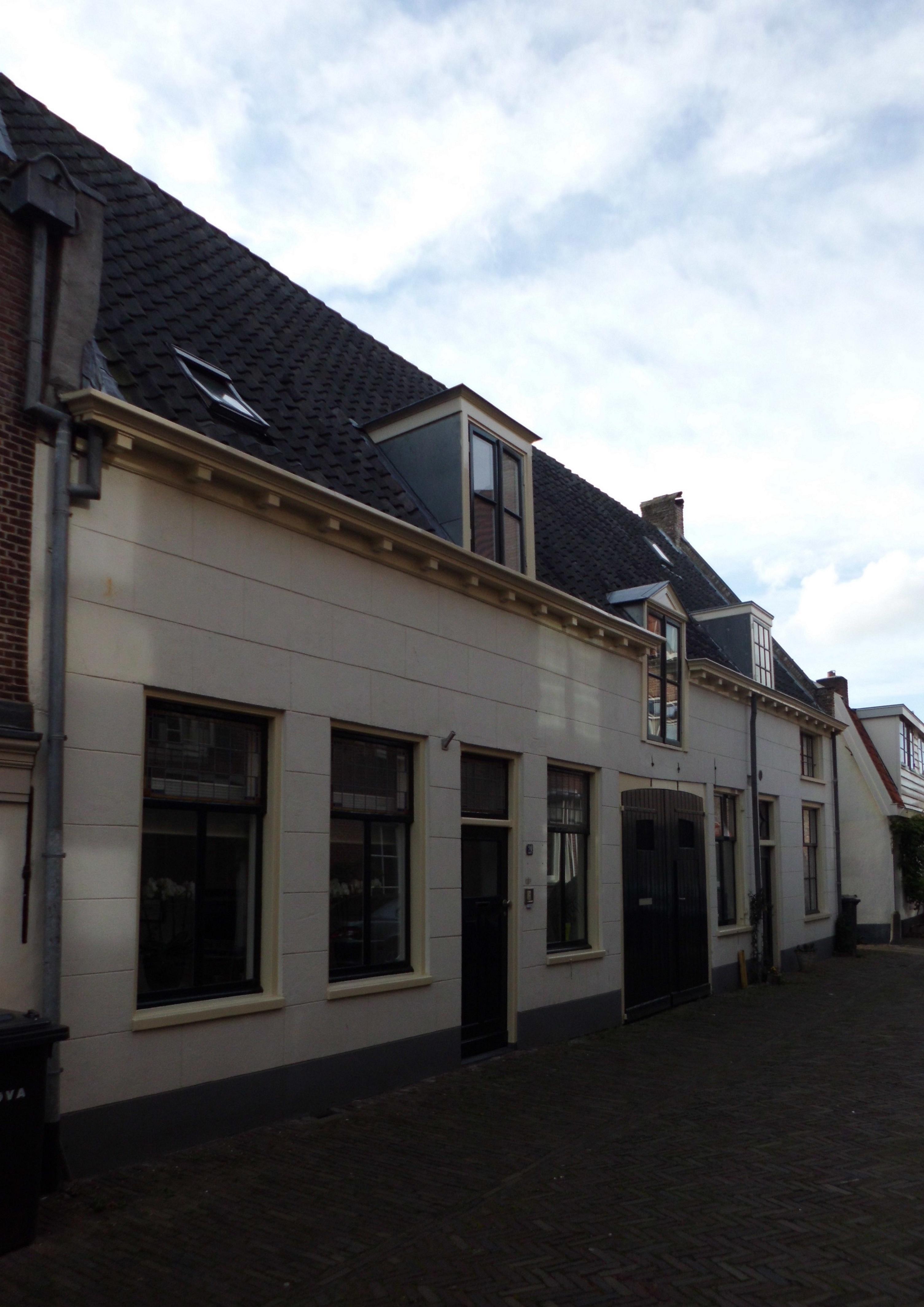 Huis met gepleisterde gevel en klossengoot in amersfoort monument - Huis gevel ...
