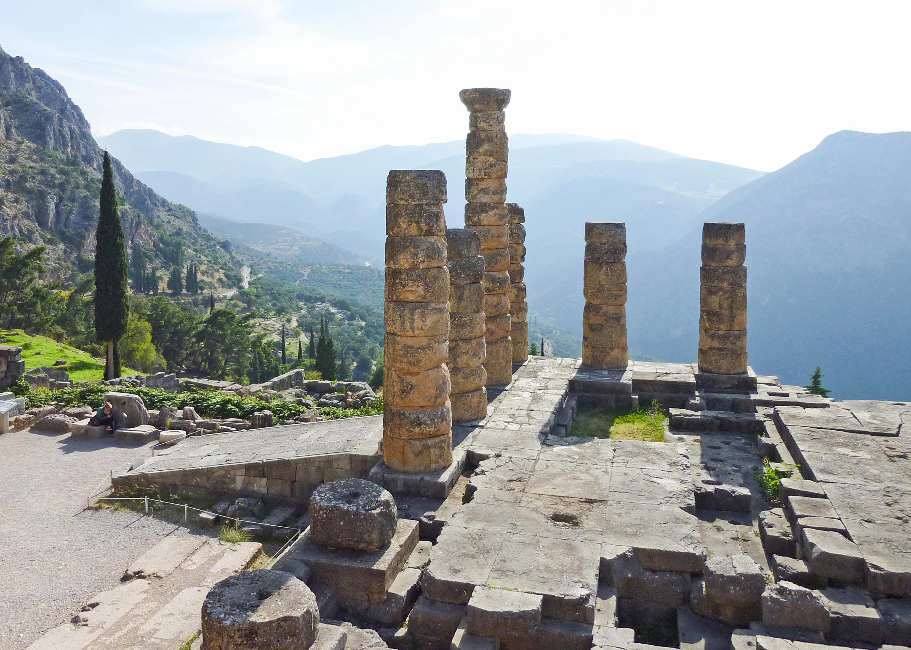 File:Temple of Apollo in Delphi - columns 02 jpg - Wikimedia Commons