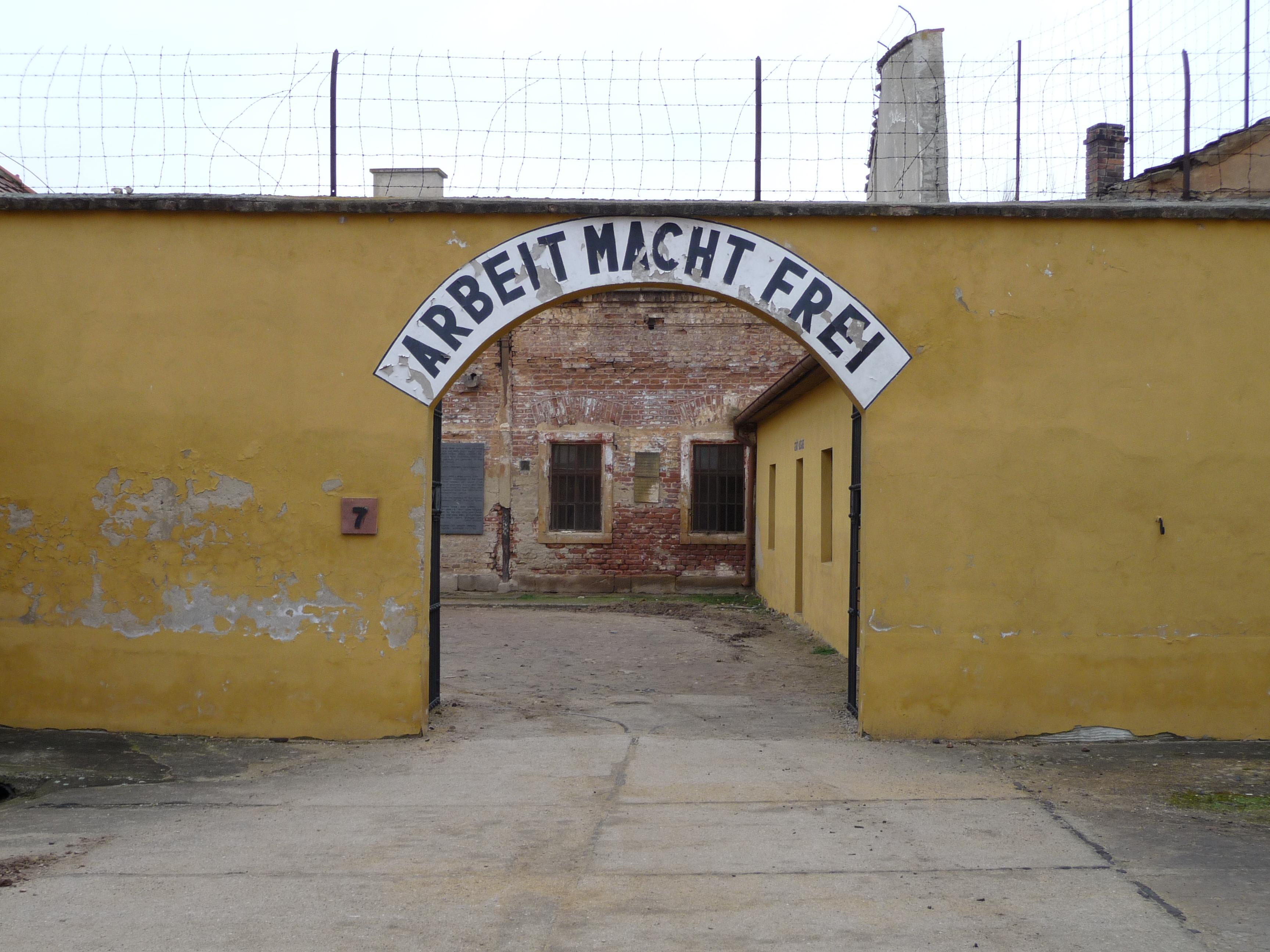 File:Theresienstadt-Kleine Festung-Arbeit macht frei.jpg - Wikimedia Commons