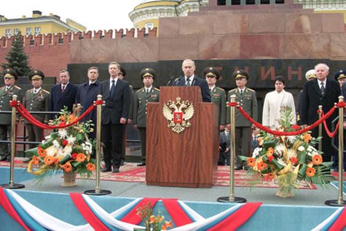 Президент Владимир Путин перед Мавзолеем, 9 мая 2001 года