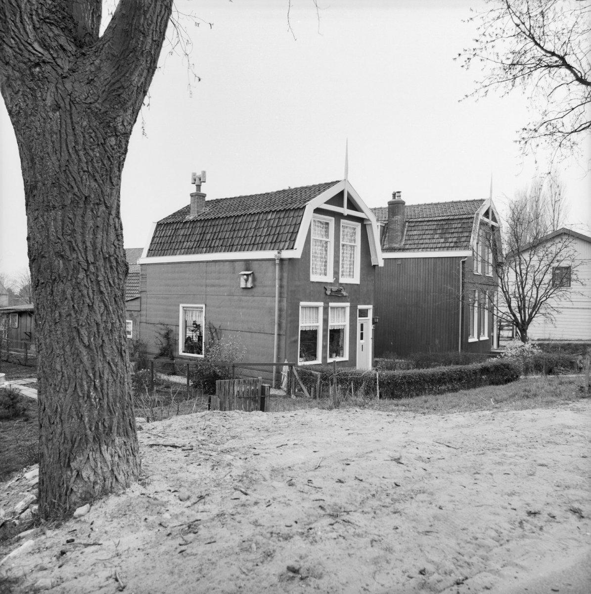 Houten huis met zolderverdieping onder mansarde kap met dwarsbalk tussen de boeiborden en - Tussen huis ...