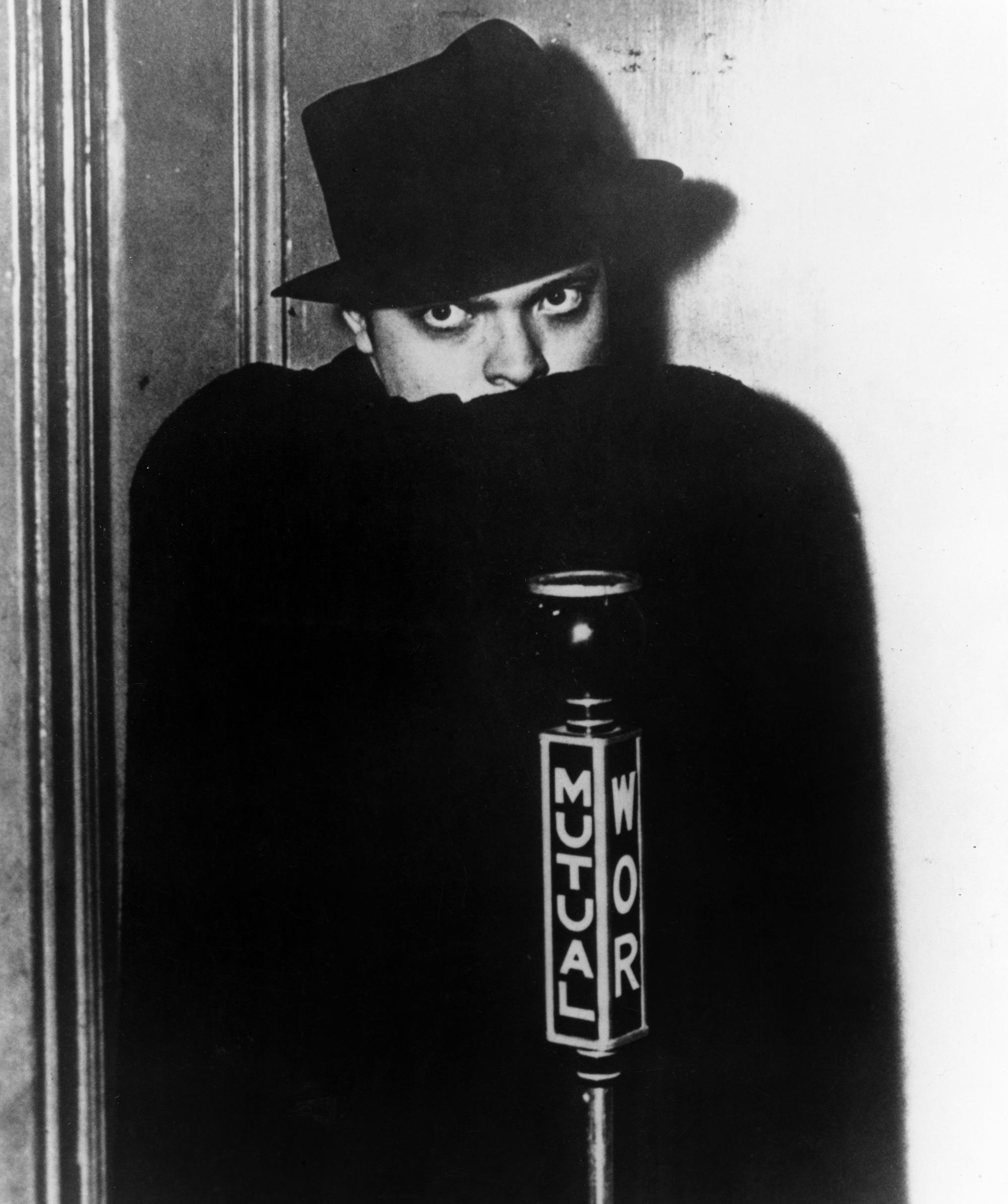Foto promocional de Orson Welles quando fazia a voz radiofônica do Sombra (1937 ou 1938)