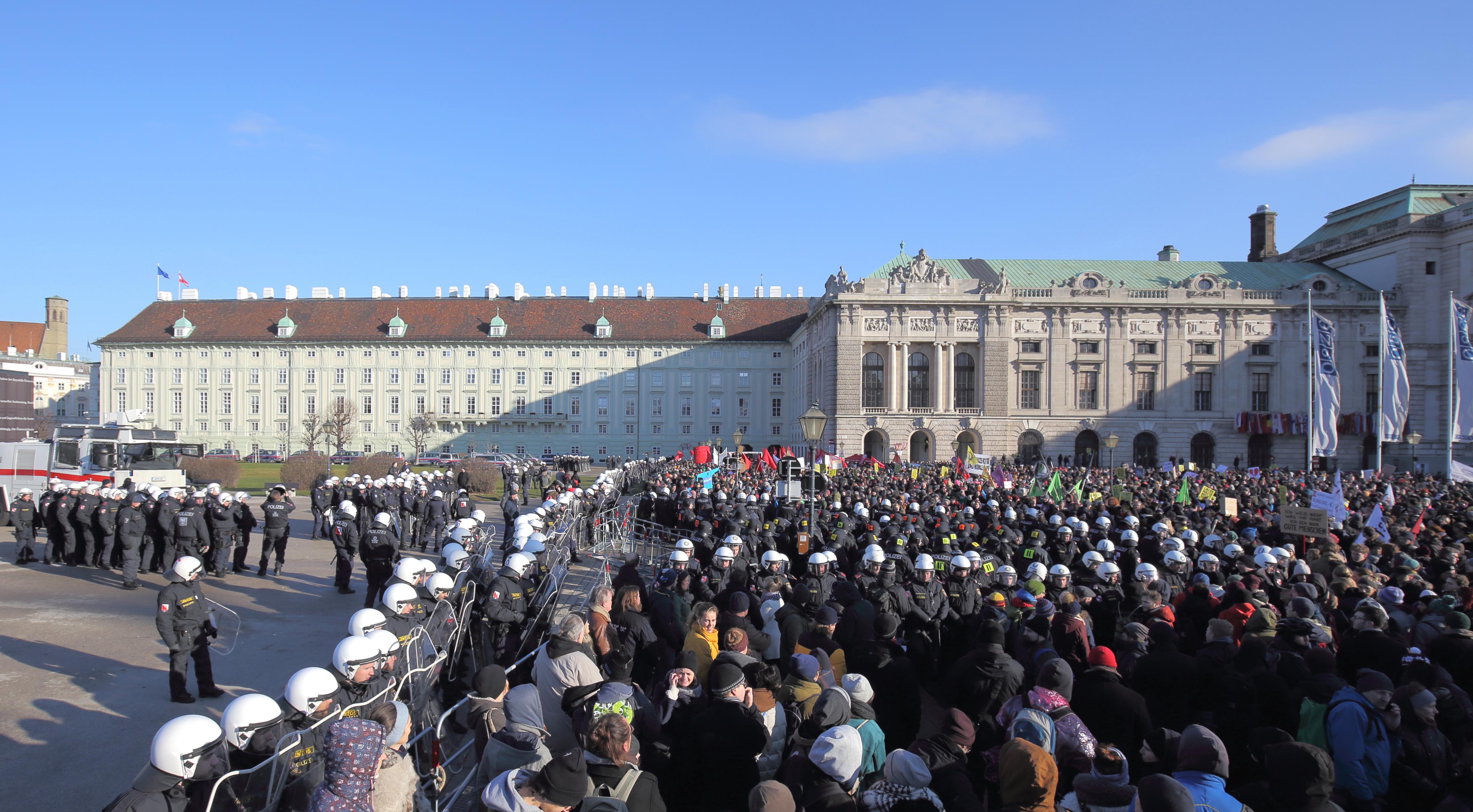 Demo Gegen Regierung Kurz Am Angelobungstag