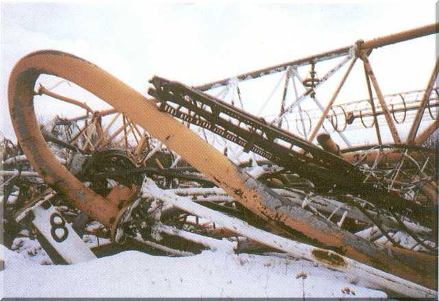 Обломки рухнувшей Варшавской радиомачты