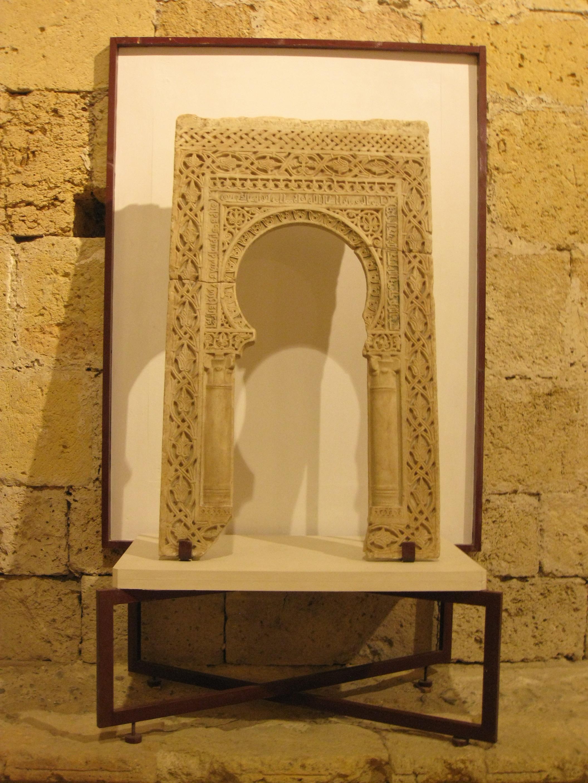 File:199 Museu Diocesà, arc àrab de Madinat al-Zahra.jpg - Wikimedia Commons