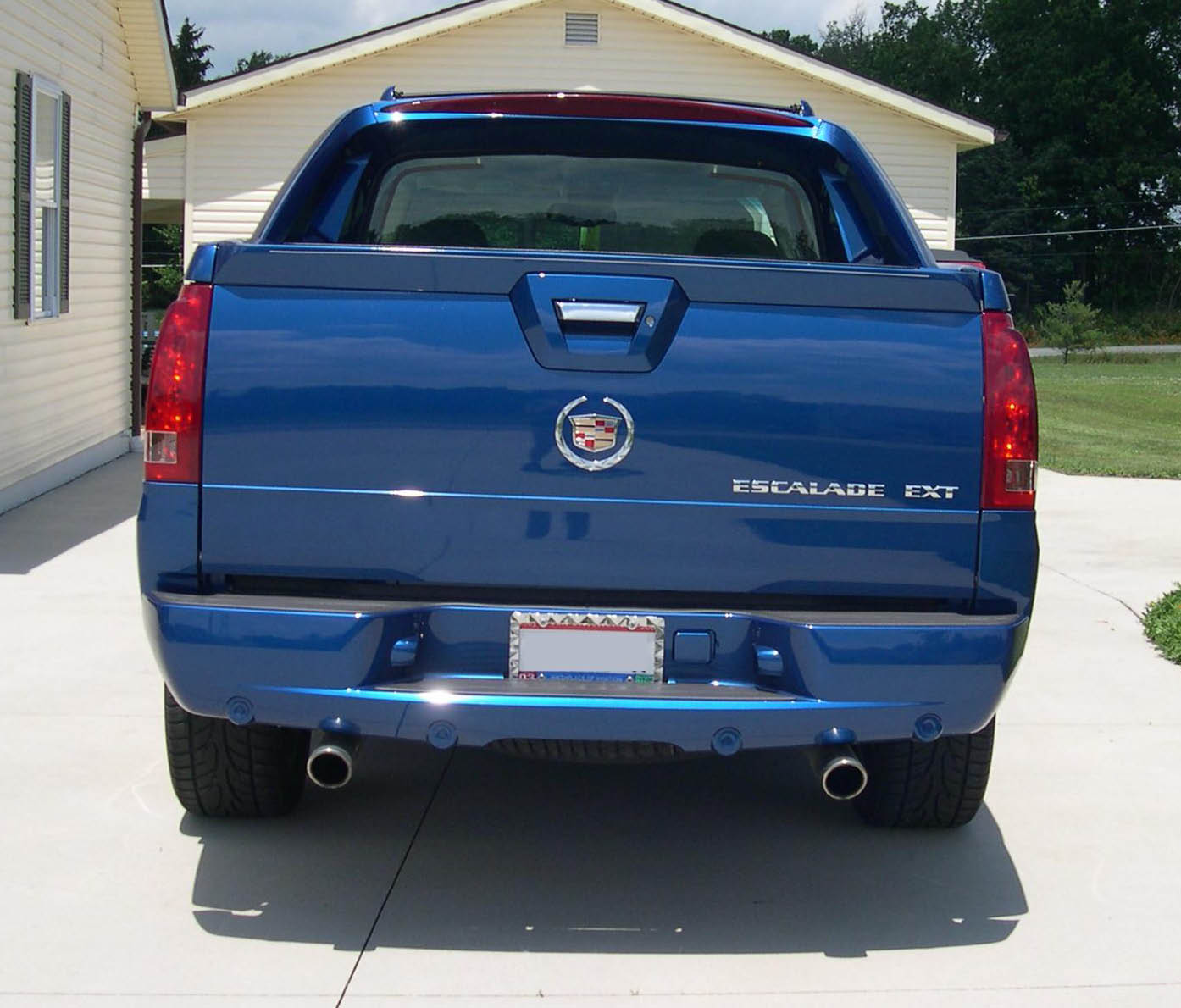 File:2003 Cadillac Escalade EXT rear.JPG - Wikimedia Commons