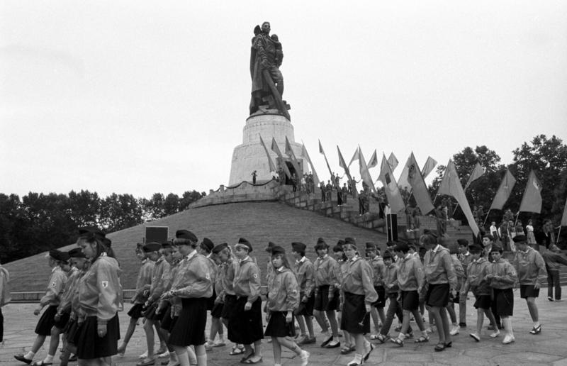 Datei:Bundesarchiv Bild 183-1987-0727-24, Berlin, Ehrenmal in Treptow, Kranzniederlegung.jpg