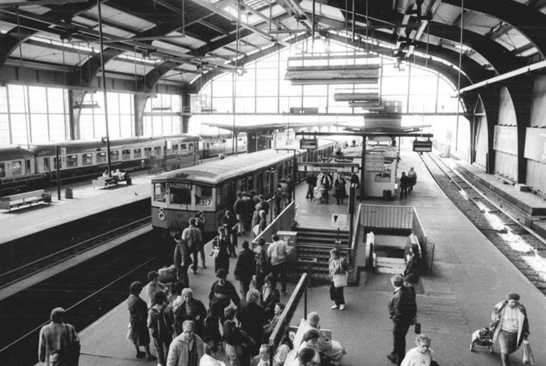 Bundesarchiv Bild 183-1990-0403-310, Berlin, Bahnhof Friedrichstraße