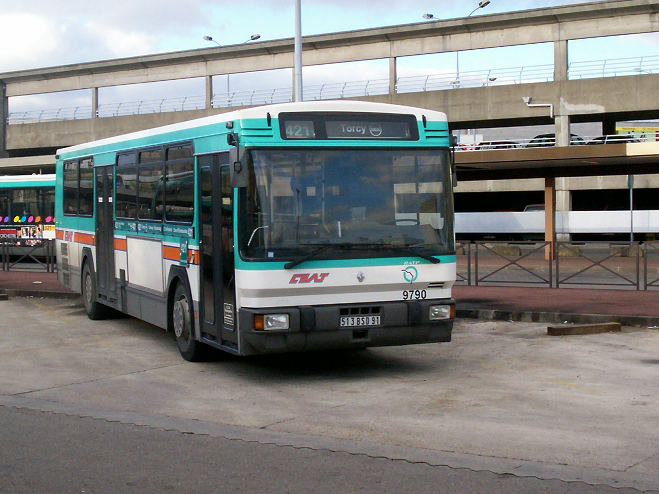 File bus421 garage wikimedia commons for Garage de la marne