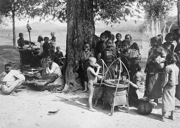 File:COLLECTIE TROPENMUSEUM Een groep mensen rond een eetstalletje warung te Bogor Java TMnr