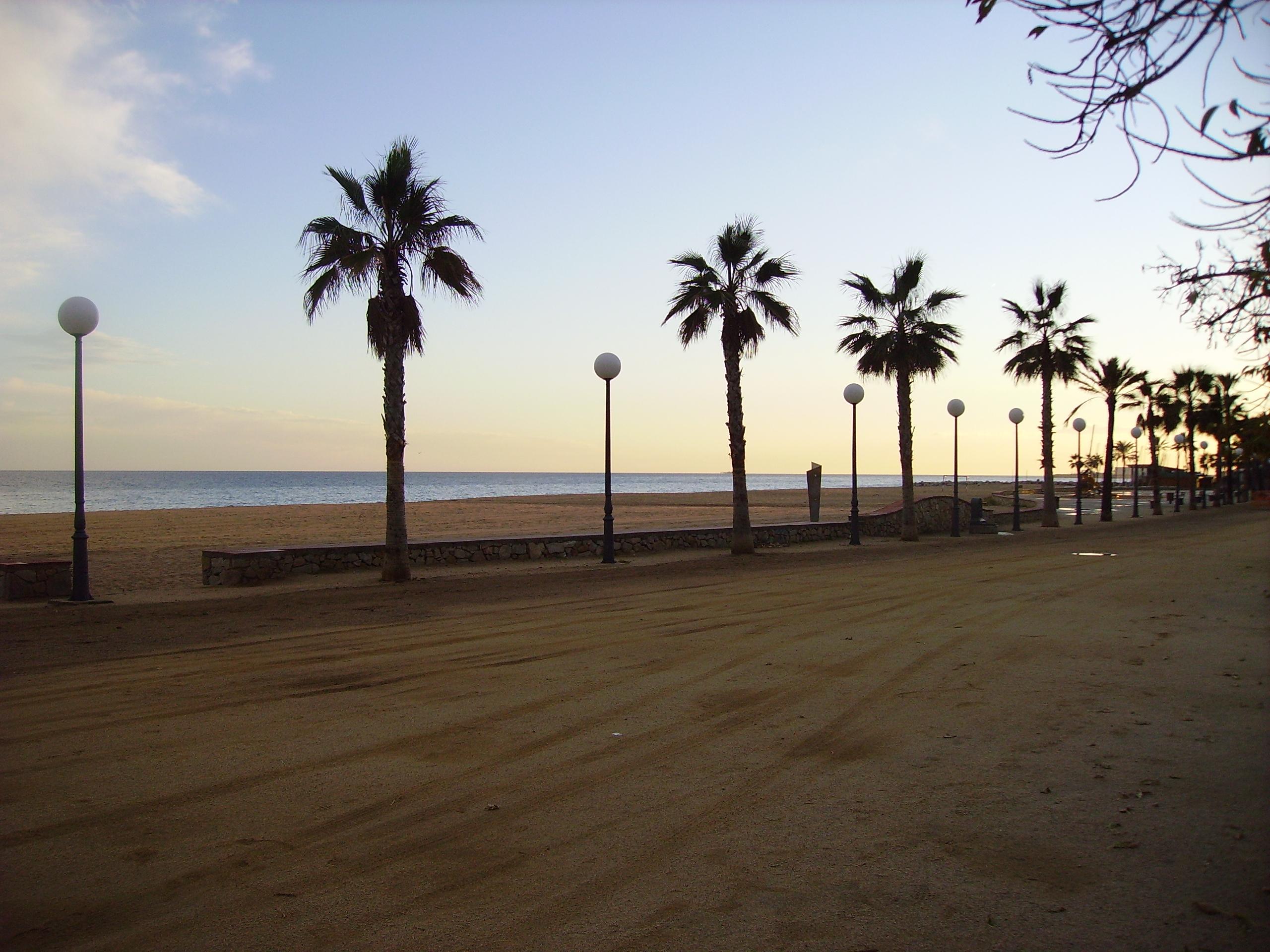 File canet de mar passeig jpg wikimedia commons for Piscina canet de mar