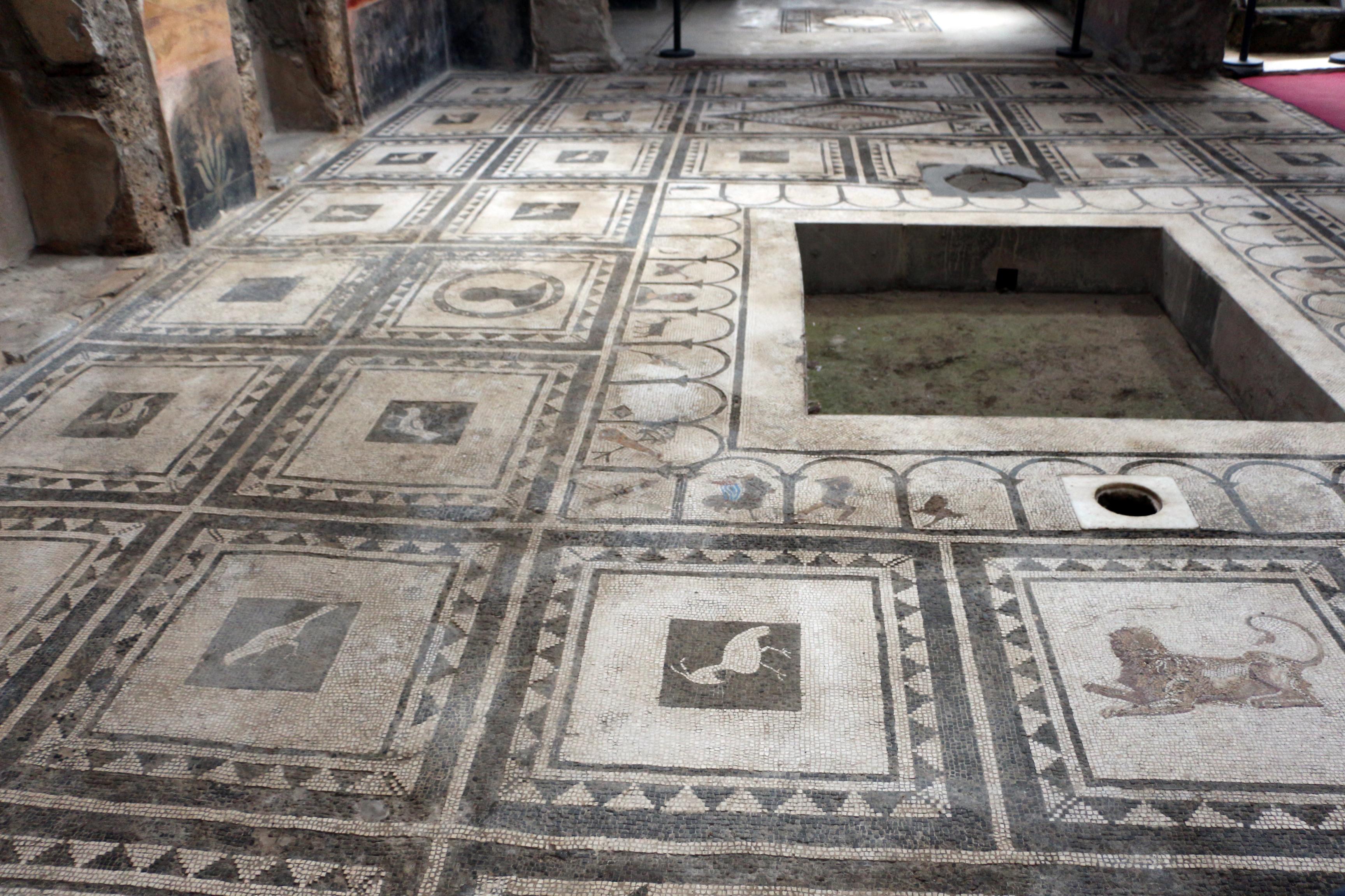 File casa di paquius proculus cortile con mosaici for Casa con cortile centrale