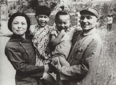 Deng_xiaoping_and_his_family_in_1945.jpg