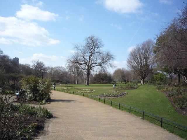Entering Hyde Park - geograph.org.uk - 1741542