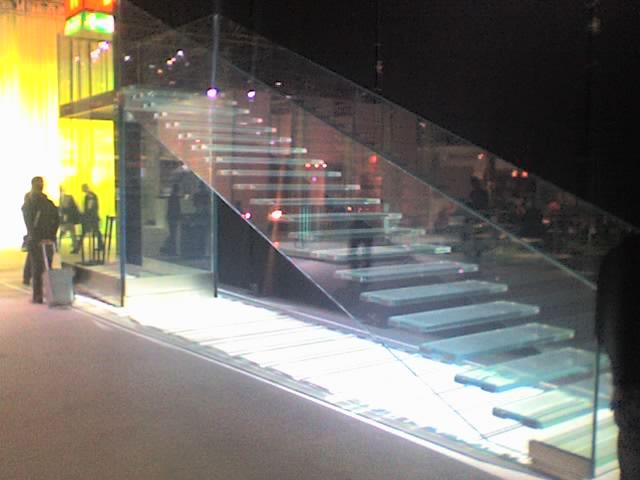 File escalera vidrio laminado 10 10 wikimedia commons - Escaleras de vidrio ...
