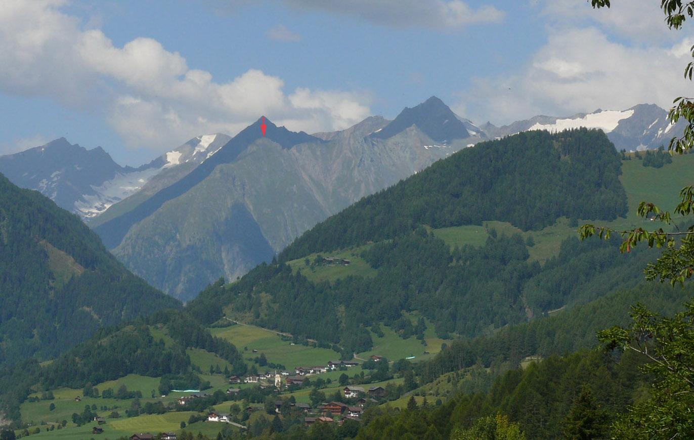 Mullwitzkogel (roter Pfeil), gesehen von Zedlach (von Osten). Er wird umrahmt von den Dreitausendern (von links): Daberspitze, Rötspitze, Ogasil (direkt hinter Mullwitzkogel), Steingrubenkogel, Quirl und den Malhamspitzen.