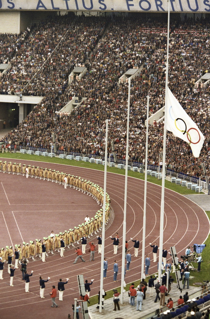 Файл:RIAN archive 555829 Raising of the Olympic flag.jpg — Википедия