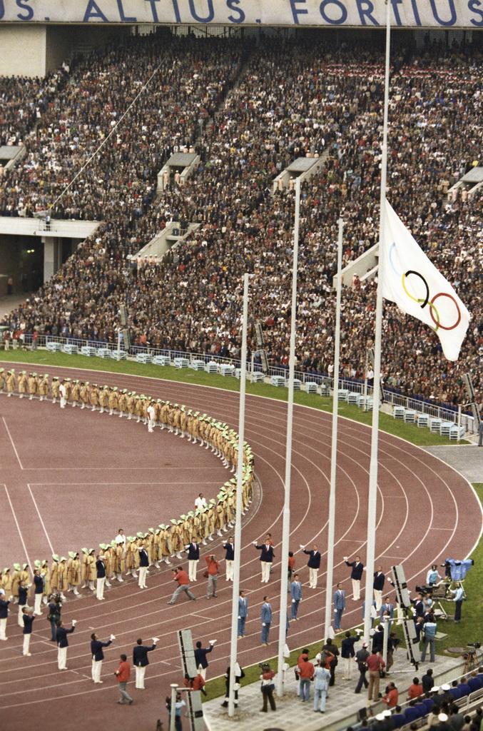 Файл:RIAN archive 555829 Raising of the Olympic flag.jpg — Википедия