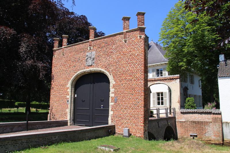 Het Lassonhofwerdeerder het t Hof van Stabroek' en later'Huis van Stabroeck' genaamd. De eerste gebouwen werden vermoedelijk opgetrokken midden 14de eeuw. De   eeuwen die volgden zijn gekenmerkt door uitbreidingen en verbouwing tot de vestiging van vandaag met 2 verbonden vleugels en bakstenen toegangspoort.