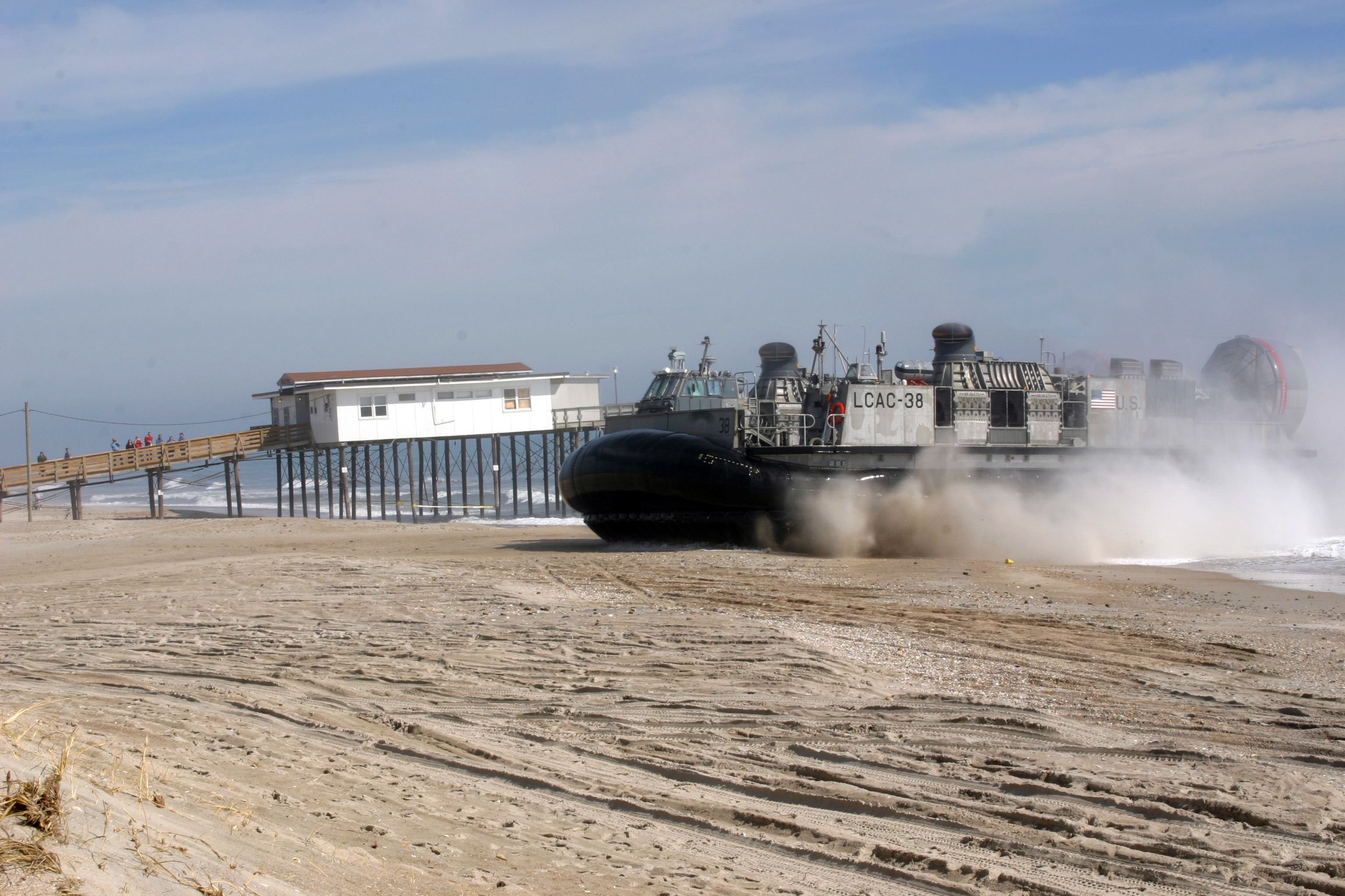 File Us Navy 050215 M 1195m 025 A Landing Craft Air Cushion Lcac Igned To Ault Unit Four Acu 4 Arrives On Onslow Beach Camp Lejeune N C