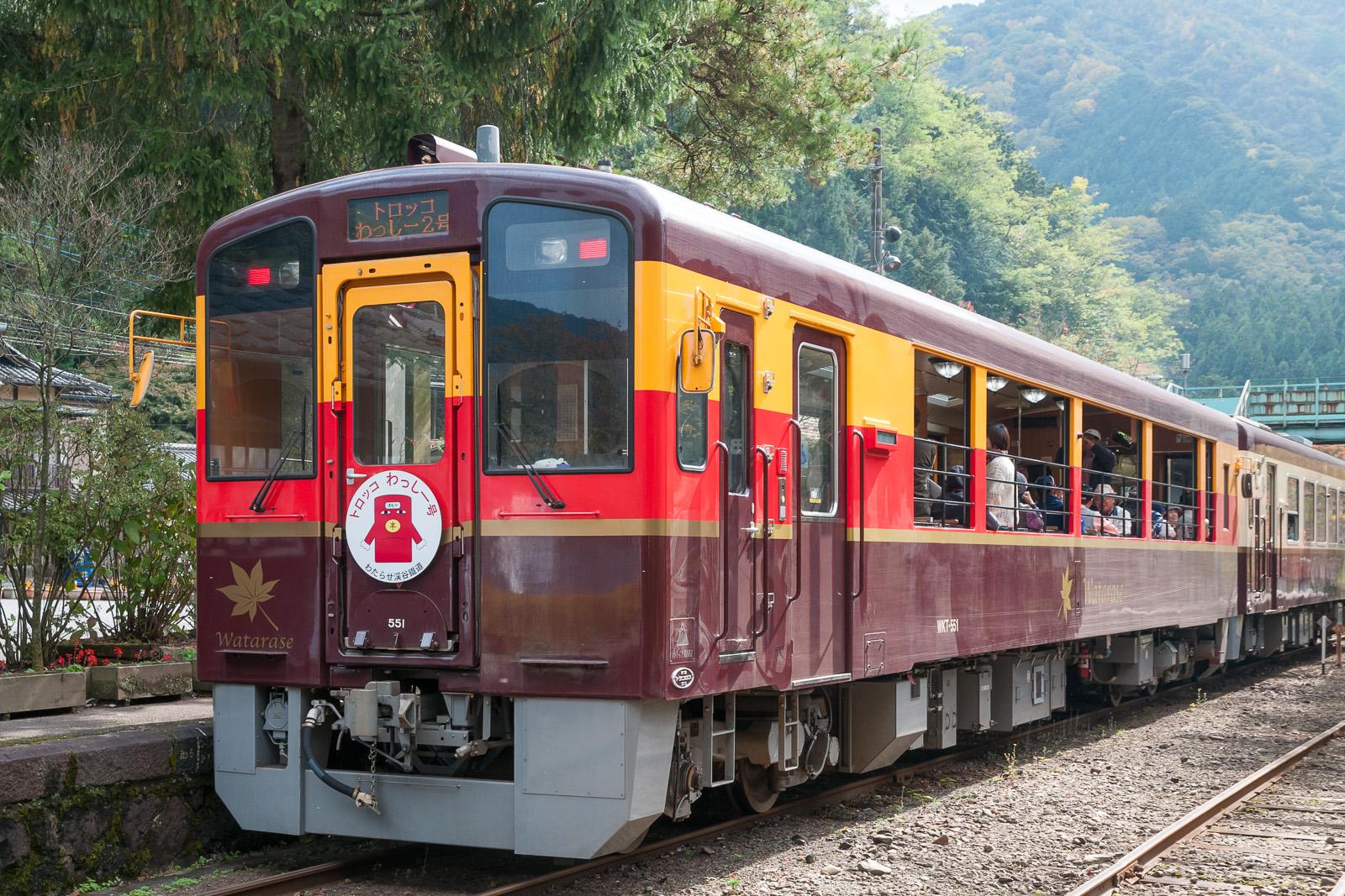 https://upload.wikimedia.org/wikipedia/commons/f/fb/Watarase-Keikoku-Railway-WKT551.jpg