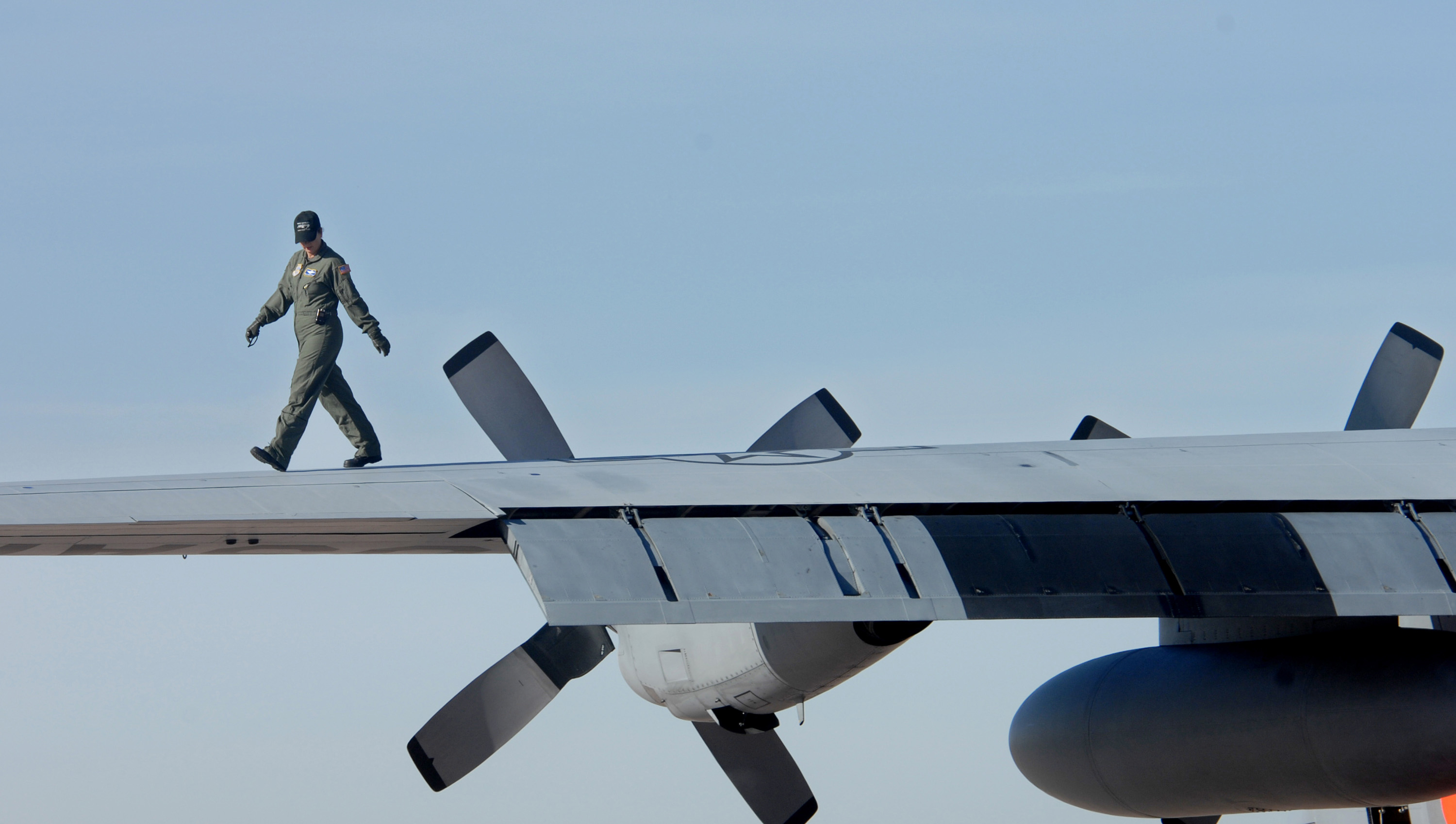File:A U.S. Air Force crewman from the 153rd Air Wing Air National Guard,