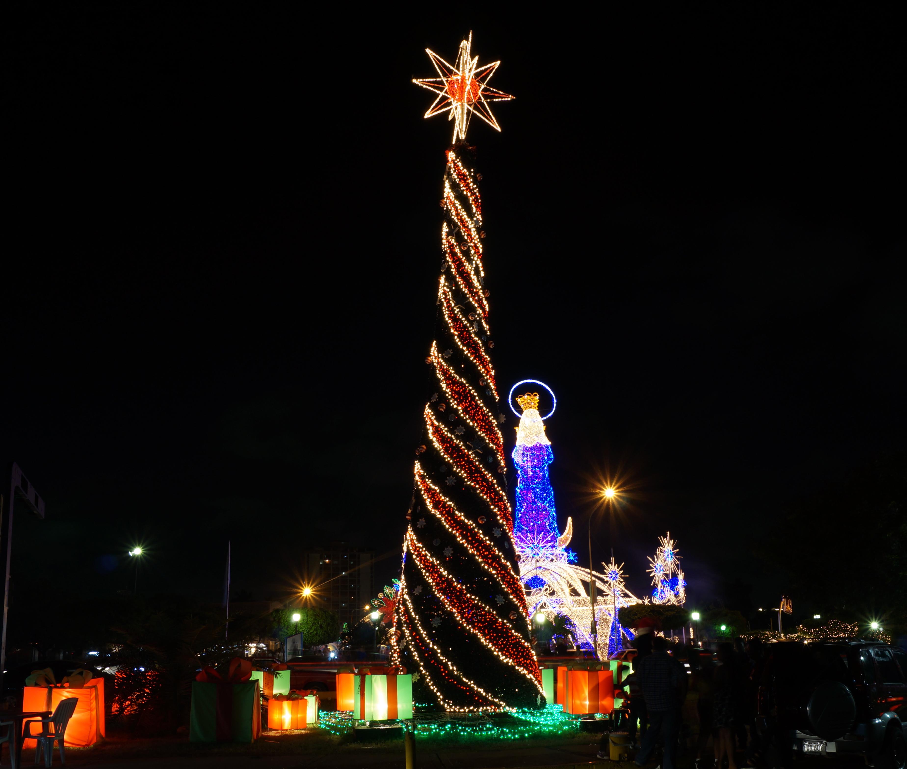 File arbol de navidad i jpg wikimedia commons - Arboles decorados de navidad ...