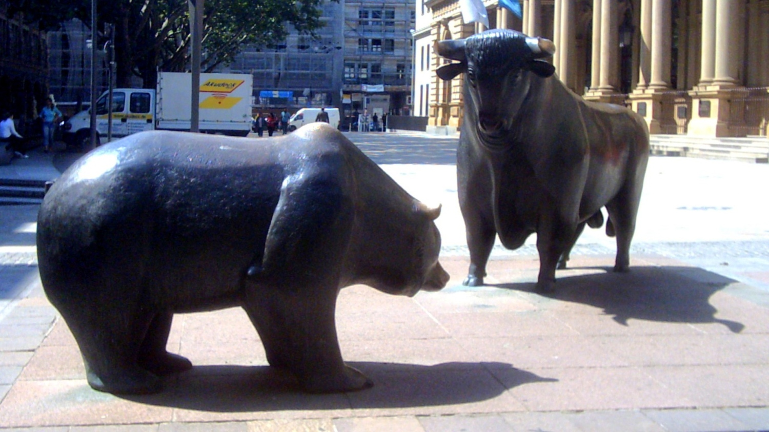 http://upload.wikimedia.org/wikipedia/commons/f/fc/Bull_and_bear.jpg