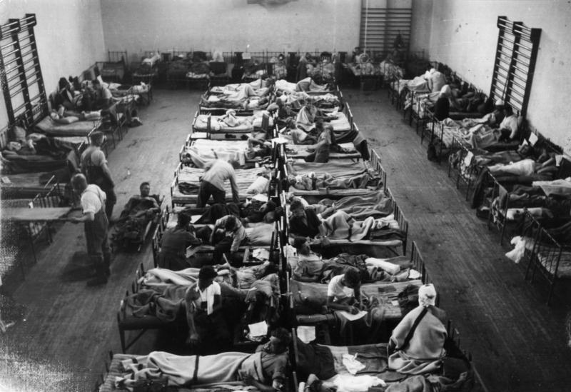 https://upload.wikimedia.org/wikipedia/commons/f/fc/Bundesarchiv_Bild_101I-137-1041-30%2C_Russland%2C_Lazarett.jpg
