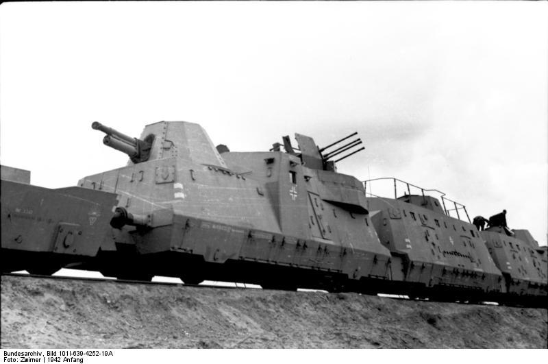 Bundesarchiv Bild 101I-639-4252-19A, Im Osten, Panzerzug mit Geschütz und Vierlingsflak
