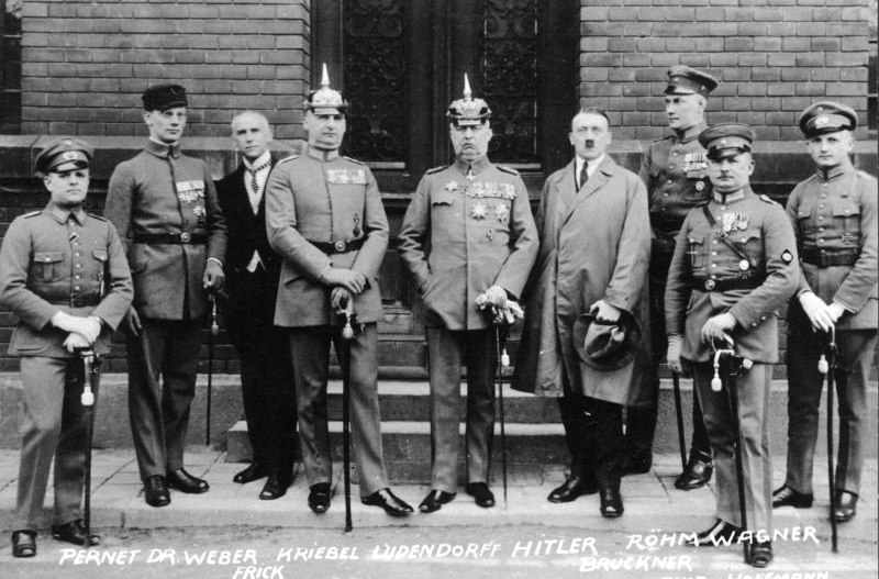 http://upload.wikimedia.org/wikipedia/commons/f/fc/Bundesarchiv_Bild_102-00344A%2C_M%C3%BCnchen%2C_nach_Hitler-Ludendorff_Prozess_retouched.jpg