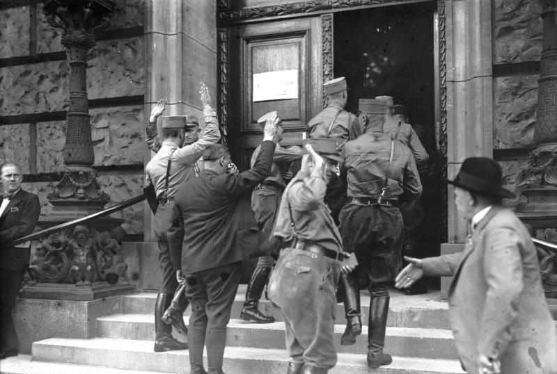 Neugewählte NSDAP-Abgeordnete betreten den Reichstag, 30. August 1932