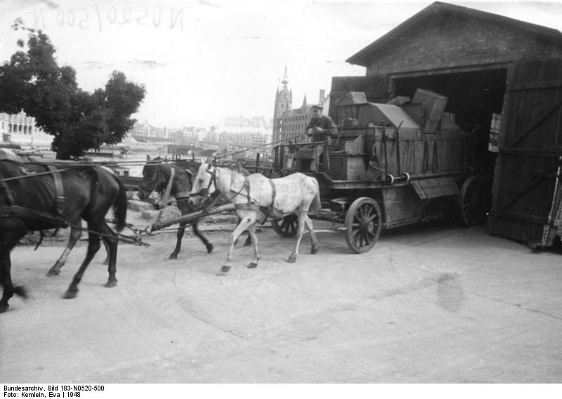 Berliner Müllabfuhr Staubschutzwagen Bundesarchiv, Bild 183-N0520-500 / CC-BY-SA 3.0 [CC BY-SA 3.0 de (https://creativecommons.org/licenses/by-sa/3.0/de/deed.en)], via Wikimedia Commons