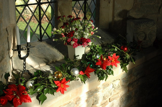 Description Christmas decorations, Throckmorton Church - geograph.org