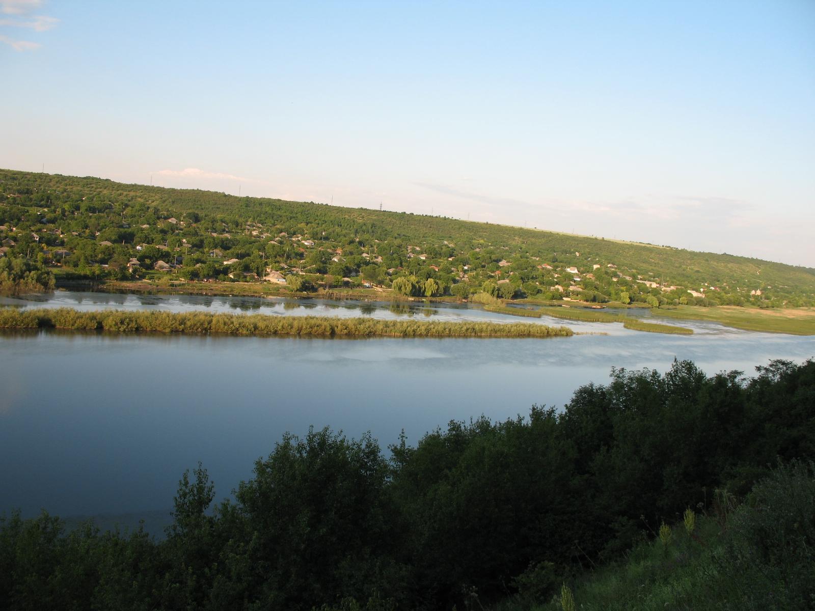 File:Dniester river near Popenki.jpg - Wikimedia Commons