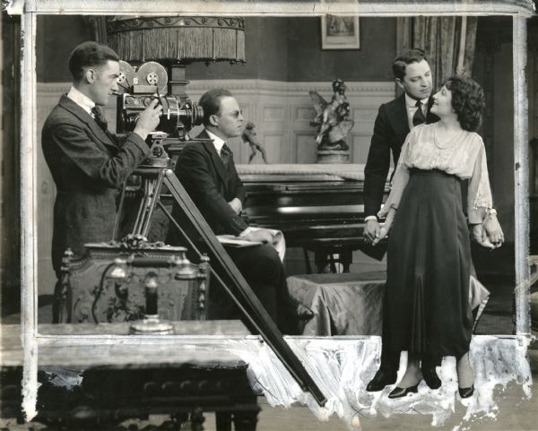 Beaumont (assis au centre) sur le tournage deFilling His Own Shoes (1917).